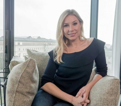 Nina Kraft berichtet am Sofa über die einzigartige Cellulite Behandlung mit Cellfina.